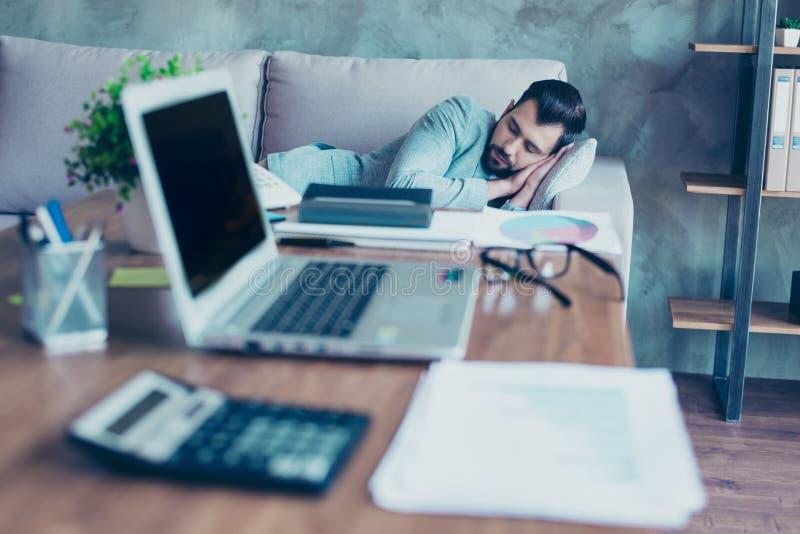 Portret die van jonge advocaat die rust van het werk hebben, in van hem slapen royalty-vrije stock afbeelding