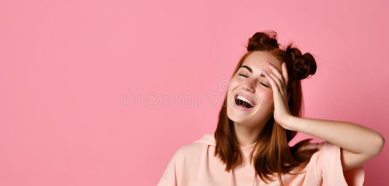Portret die van Jonge Gelukkige Vrouw, en camera glimlachen het bekijken, sloot oog met hand royalty-vrije stock fotografie