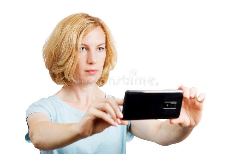 Portret die van jonge vrouw foto met mobiele telefoon nemen stock afbeelding