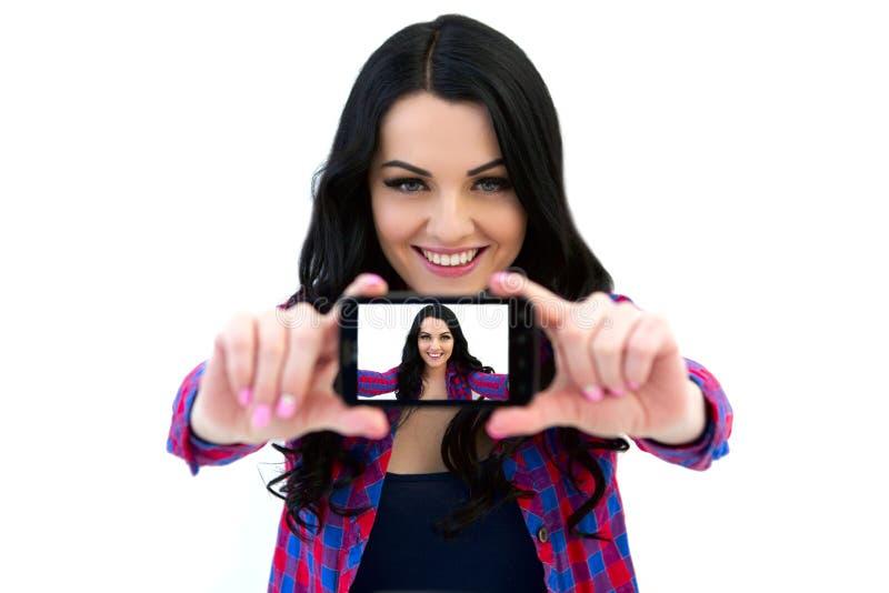 Portret die van leuke vrouw selfie foto op smartphone maken royalty-vrije stock afbeelding