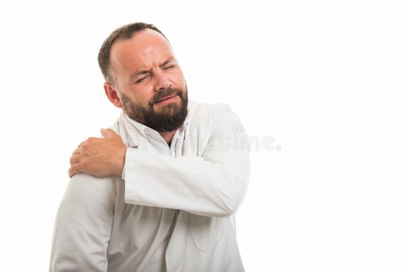 Portret die van mannelijke arts het gebaar van de schouderpijn tonen royalty-vrije stock foto
