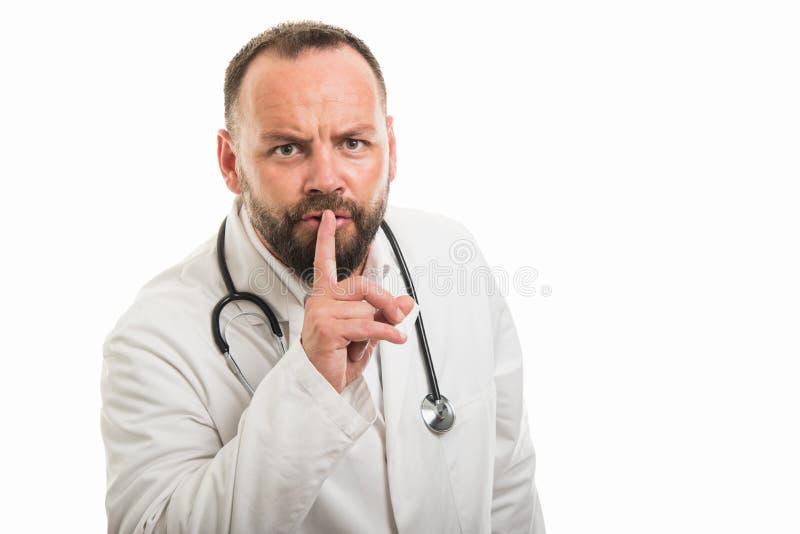 Portret die van mannelijke arts stiltegebaar tonen royalty-vrije stock foto's