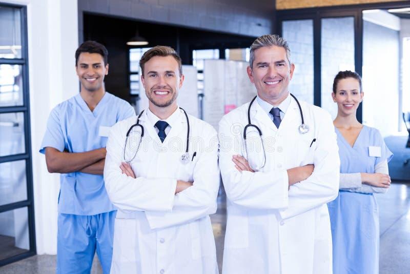 Portret die van medisch team zich verenigen stock foto