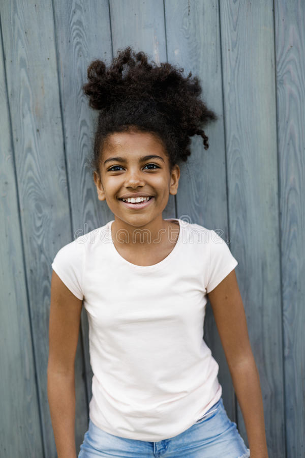 Portret die van meisje zich in openlucht bevinden royalty-vrije stock afbeelding