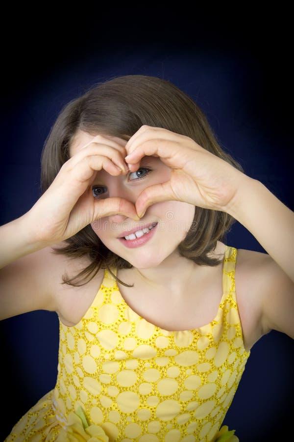 Portret die van mooi meisje hartvorm met haar h tonen stock fotografie