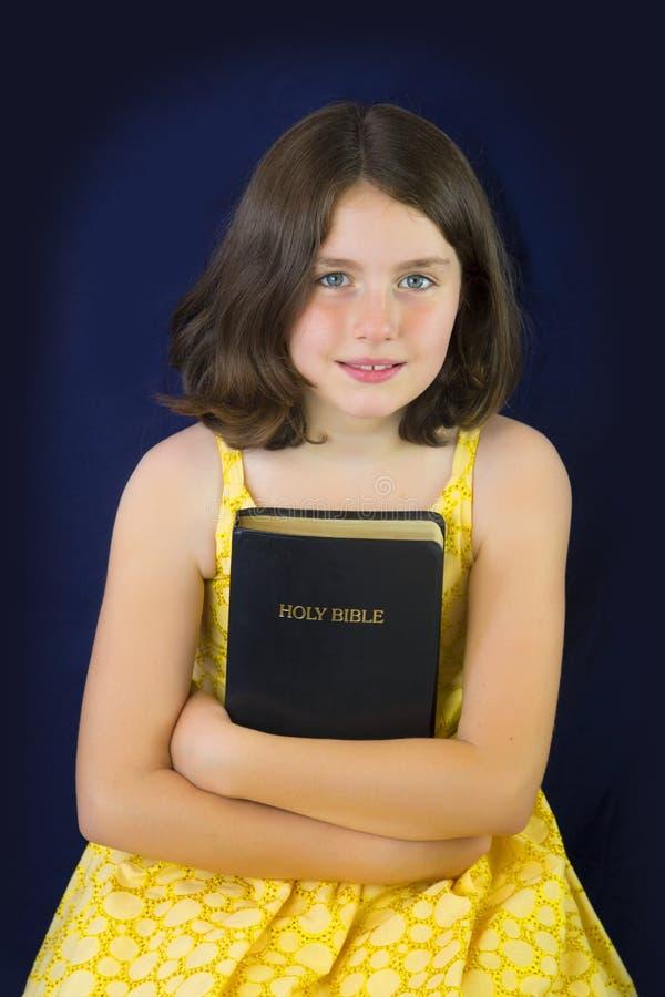 Portret die van mooi meisje Heilige Bijbel houden royalty-vrije stock foto