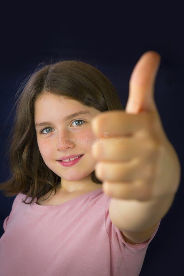 Portret die van mooi meisje o.k. teken tonen royalty-vrije stock fotografie