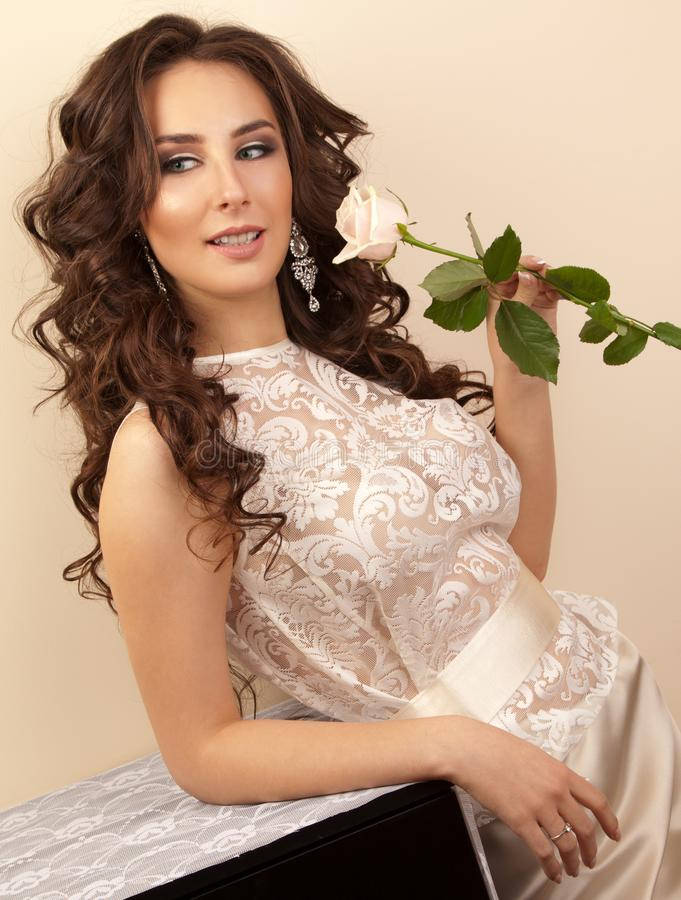 Portret die van mooie bruid met kapsel en make-up a houden royalty-vrije stock afbeelding