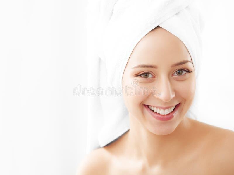 Portret die van mooie vrouw room op geïsoleerd gezicht toepassen - royalty-vrije stock afbeeldingen