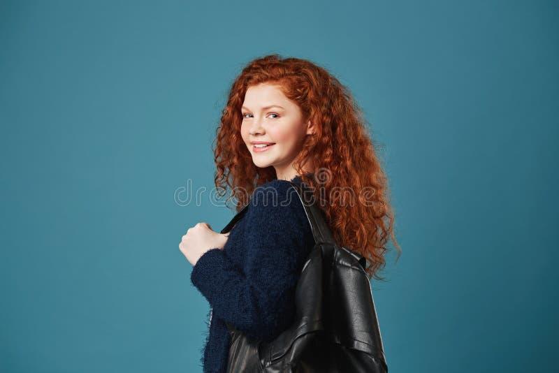 Portret die van mooie vrouwelijke student met rood golvend haar en sproeten die met tanden glimlachen, voor artikel in school ste stock foto's