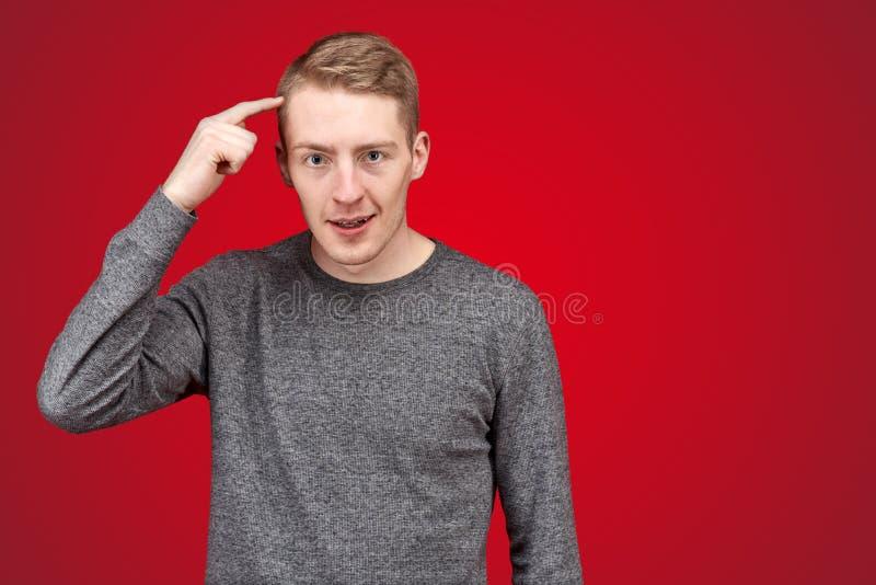 Portret die van ontevreden jonge mensen, kloppen op het hoofd met een vinger royalty-vrije stock fotografie