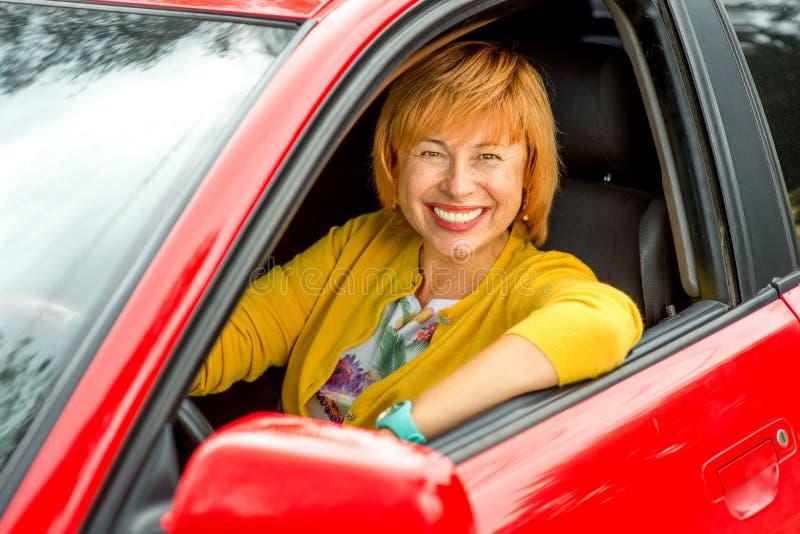 Portret die van oudere vrouw een auto drijven stock afbeelding