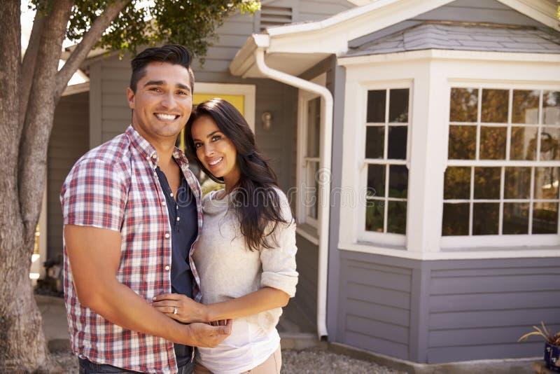 Portret die van Paar zich buiten Huis bevinden stock afbeeldingen