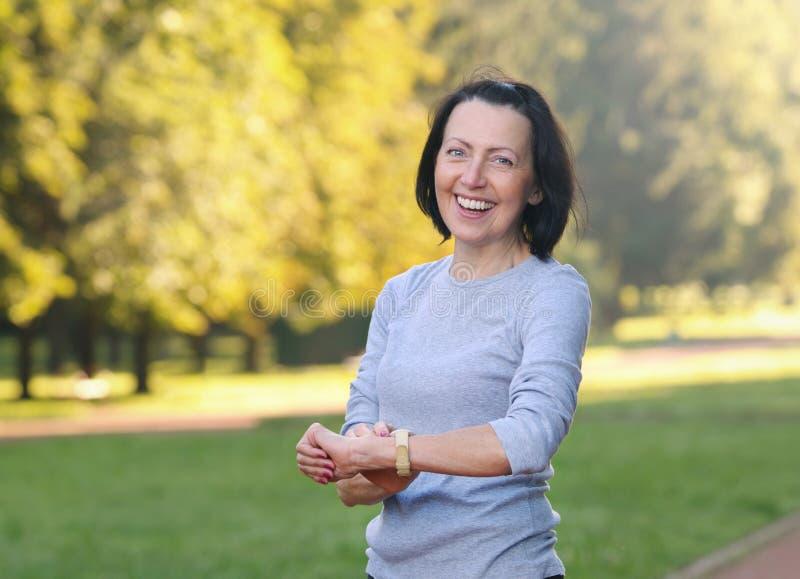 Portret die van rijpe vrouw de impuls het cheking na stoot in het park aan royalty-vrije stock afbeelding