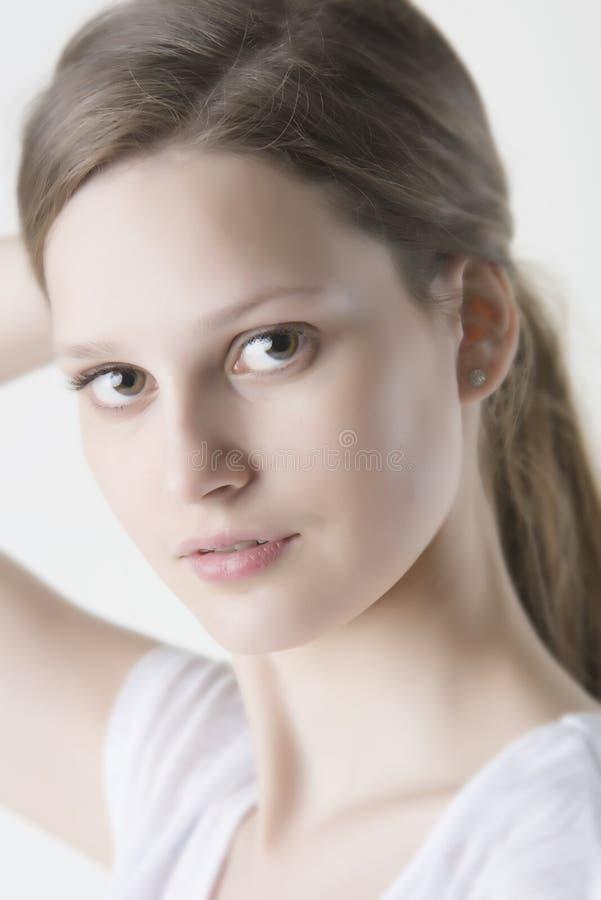 Portret die van schoonheidsmeisje haar haar verbinden stock afbeeldingen