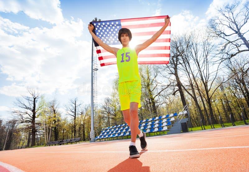 Portret die van tiener met Amerikaanse vlag lopen royalty-vrije stock foto's