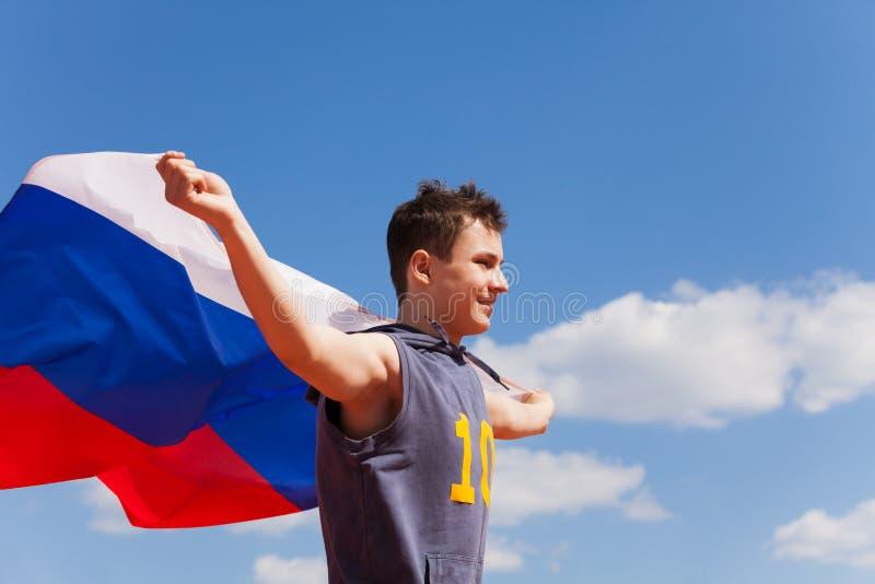 Portret die van tiener met Russische vlag lopen stock foto's