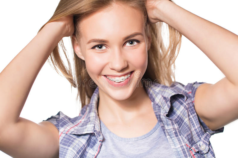 Portret die van tienermeisje tandsteunen tonen stock foto
