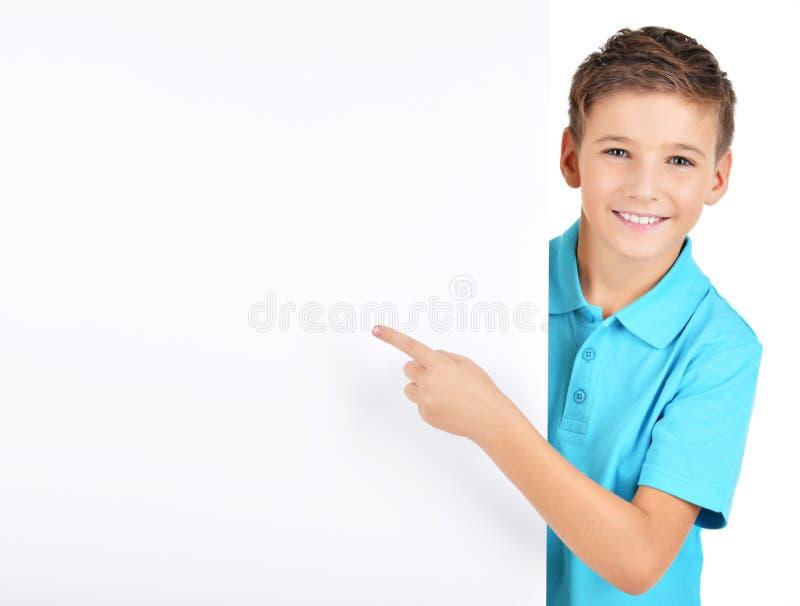 Portret die van vrolijke jongen op witte banner richten royalty-vrije stock afbeeldingen
