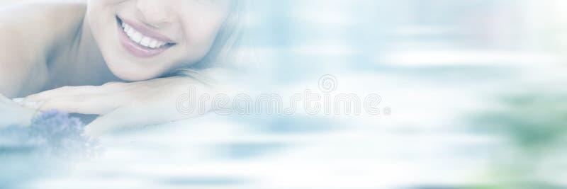 Portret die van vrouw op massagelijst liggen met lavander royalty-vrije stock fotografie