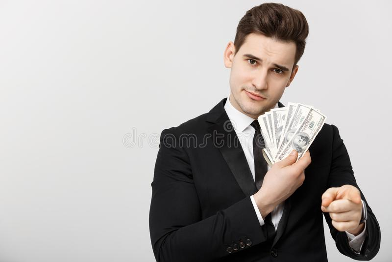 Portret die van die zakenman geld tonen en vingers richten over witte achtergrond worden geïsoleerd royalty-vrije stock foto