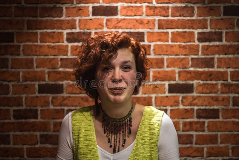 Portret dobra dziewczyna z imbirowym kędzierzawym włosy i piegami zdjęcie stock
