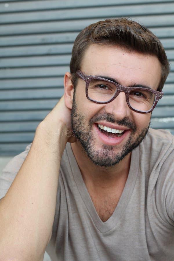 Portret dobry patrzejący uśmiechniętego brodatego mężczyzna jest ubranym szkła z perfect białymi zębami Młody piękny Kaukaski sam fotografia stock