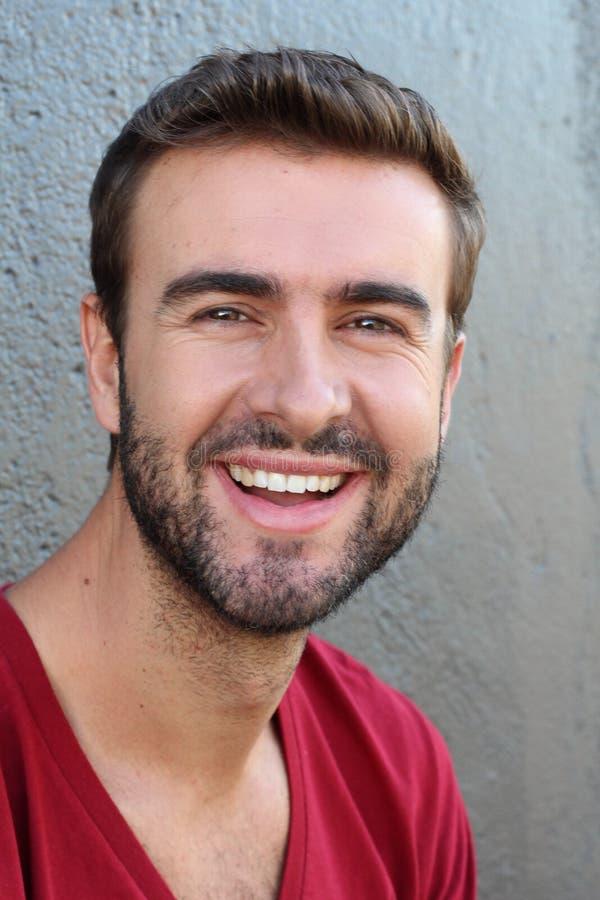 Portret dobry patrzejący uśmiechniętego brodatego mężczyzna z perfect białymi zębami Młody piękny Kaukaski samiec model z zdrowym zdjęcie stock