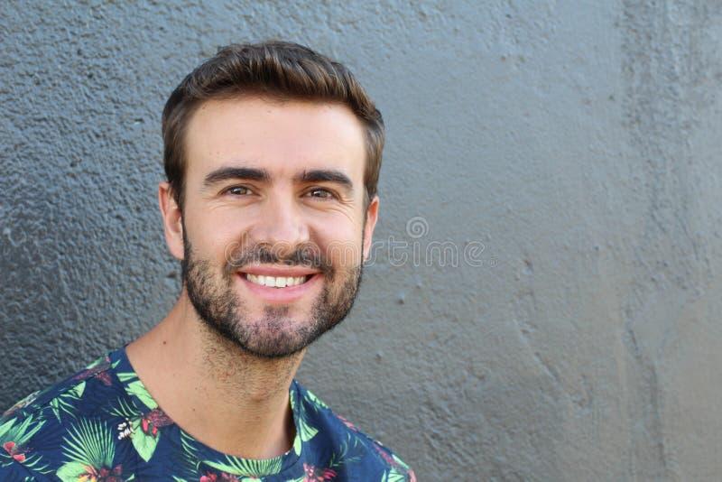 Portret dobry patrzejący uśmiechniętego brodatego mężczyzna z perfect białymi zębami Młody piękny Kaukaski samiec model z zdrowym fotografia royalty free