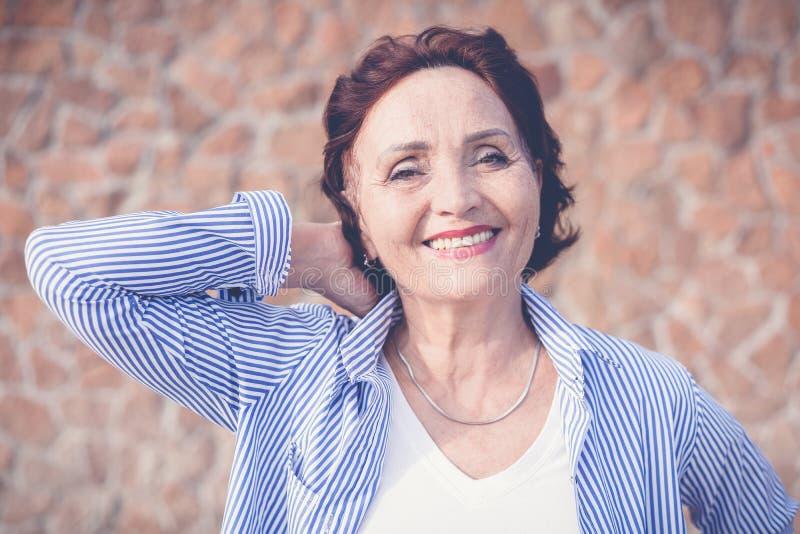 Portret dojrzała atrakcyjna elegancka kobieta przechodzić na emeryturę i outdoo fotografia royalty free