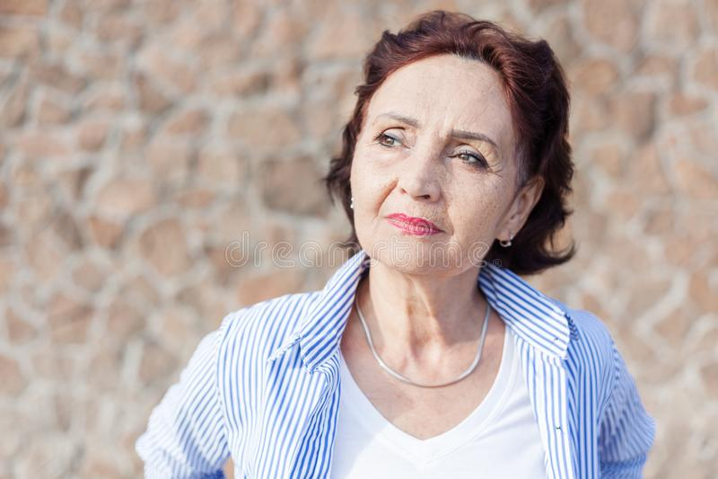 Portret dojrzała atrakcyjna elegancka kobieta przechodzić na emeryturę i outdoo zdjęcie royalty free