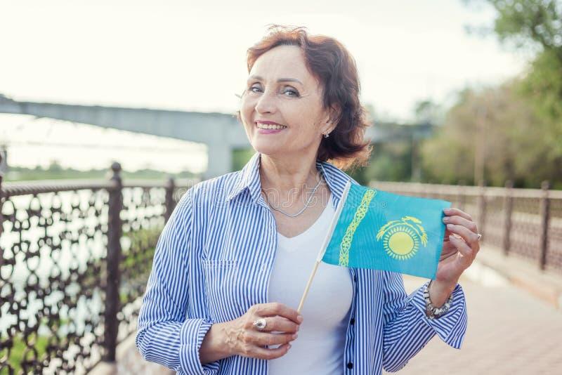 Portret dojrzała atrakcyjna elegancka kobieta przechodzić na emeryturę z fla zdjęcie royalty free