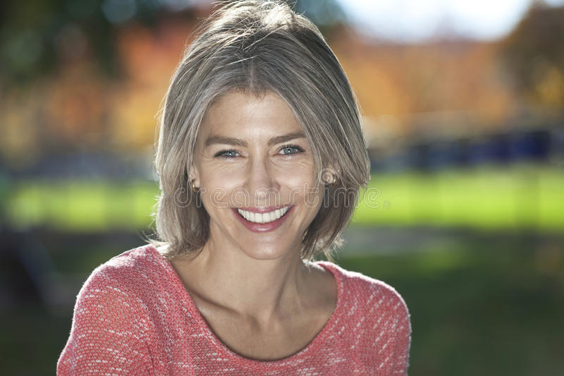 Portret Dojrzała kobieta ono uśmiecha się przy kamerą fotografia stock