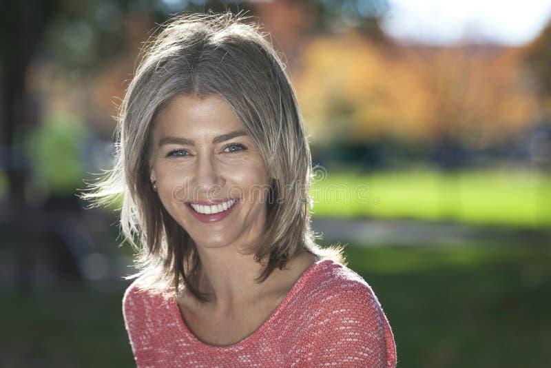 Portret Dojrzała kobieta ono uśmiecha się przy kamerą obraz royalty free