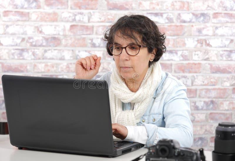 Portret dojrzała kobieta używa laptop obraz royalty free