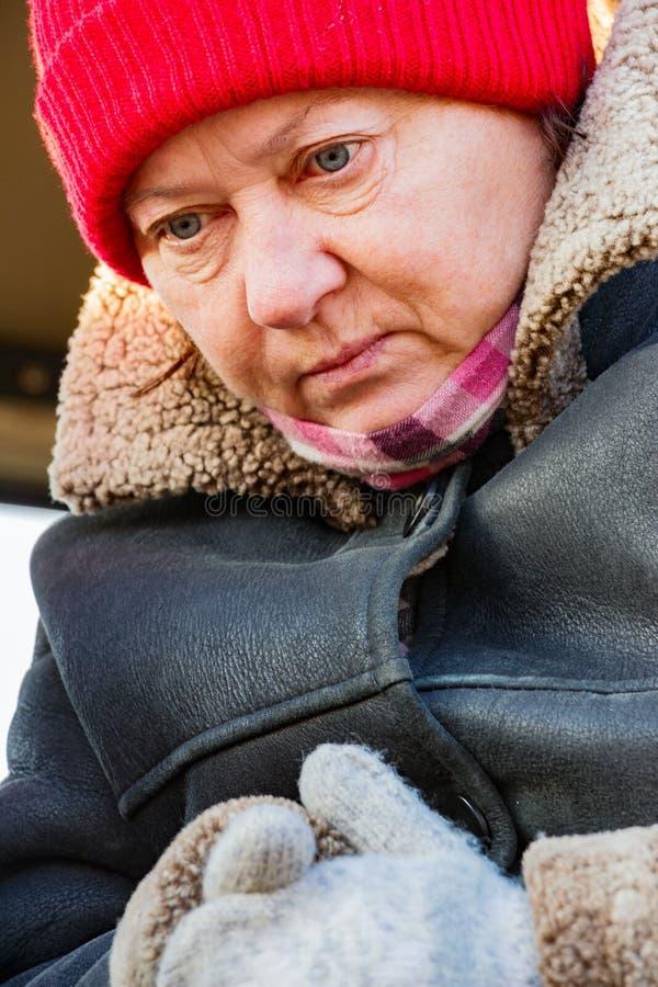 Portret dojrzała kobieta w czerwonym kapeluszu fotografia royalty free