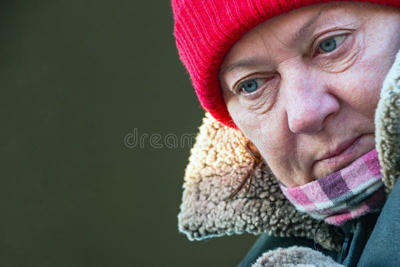 Portret dojrzała kobieta w czerwonym kapeluszu zdjęcia stock