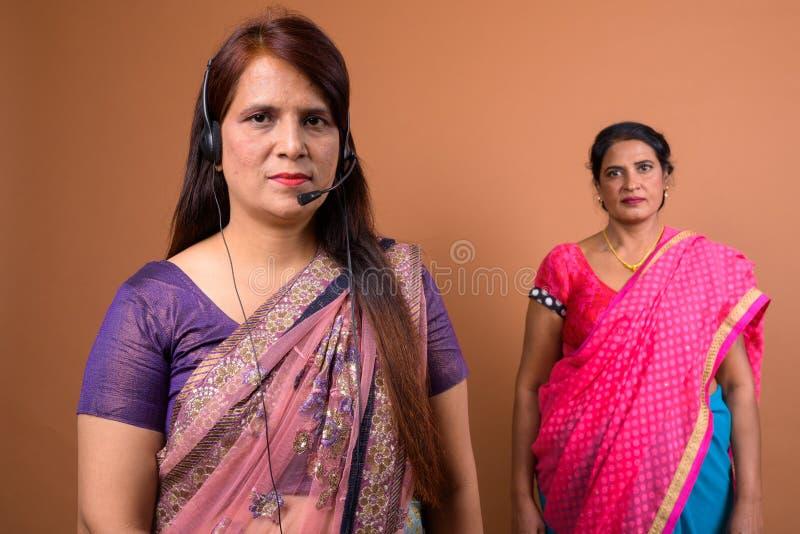 Portret dojrzałego Indiańskiego kobiety centrum telefonicznego przedstawicielska jest ubranym słuchawki fotografia royalty free