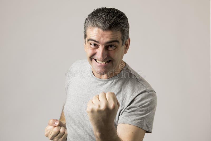 Portret dojrzały biały człowiek 40, 50 lat gestykulować excited i szczęśliwy z rękami w znaku odizolowywającym na popielatym zwyc zdjęcia royalty free