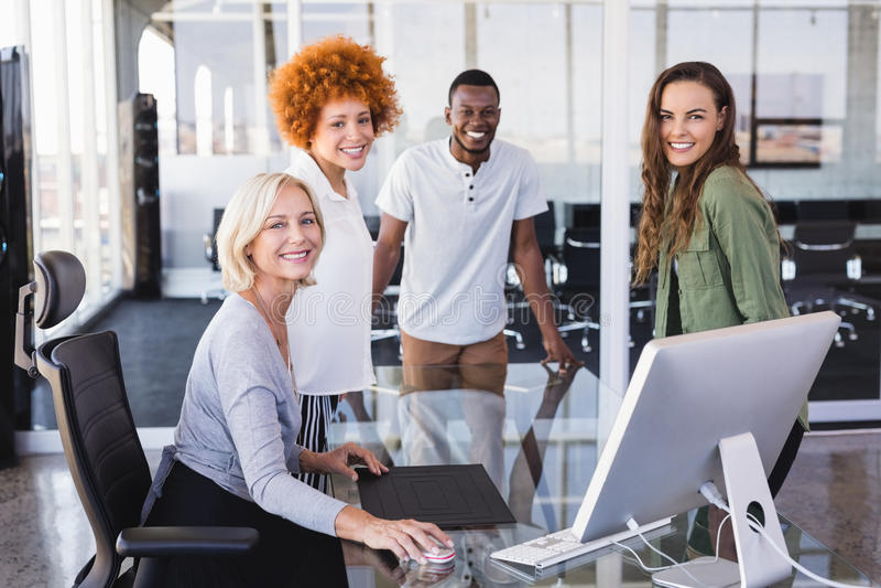Portret dojrzały bizneswoman i koledzy w biurze zdjęcie stock