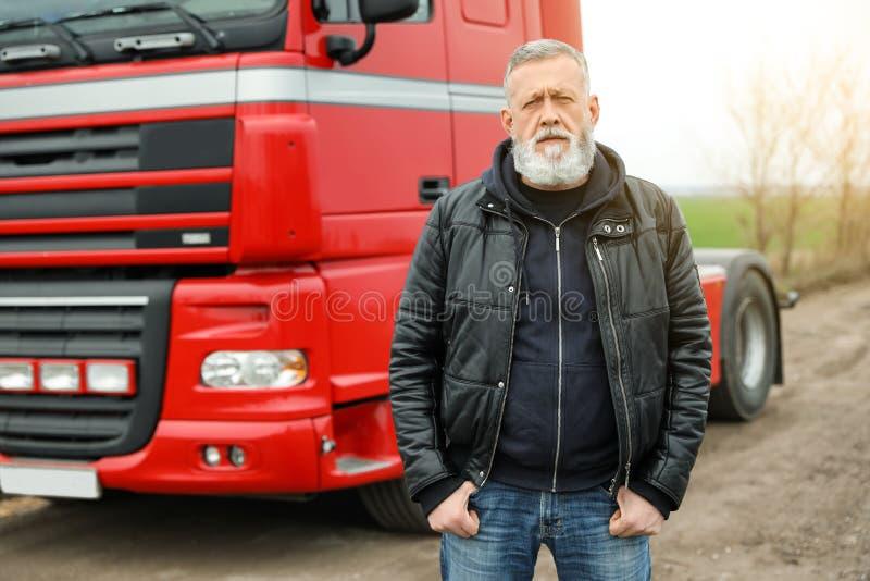Portret dojrzały kierowca przy nowożytną ciężarówką obrazy stock