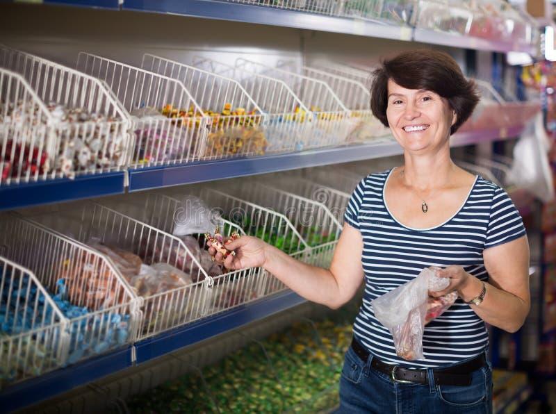 Portret dojrzały kobiety kupować cukierki zdjęcie royalty free