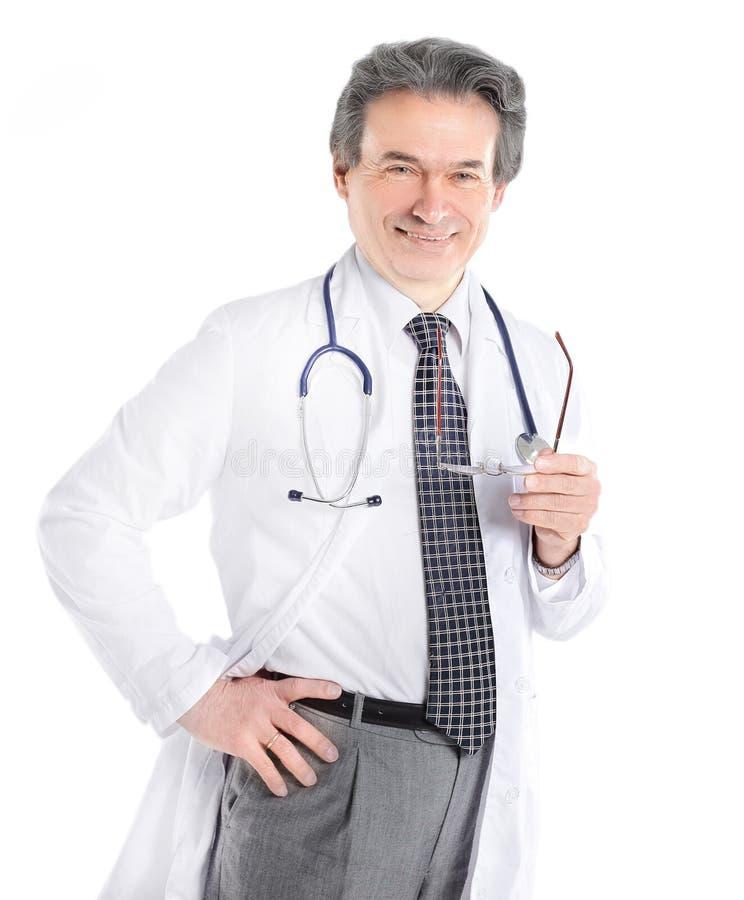 Portret dojrzały lekarz medycyny z białym stetoskopem na odosobnionym tle i żakietem zdjęcia royalty free
