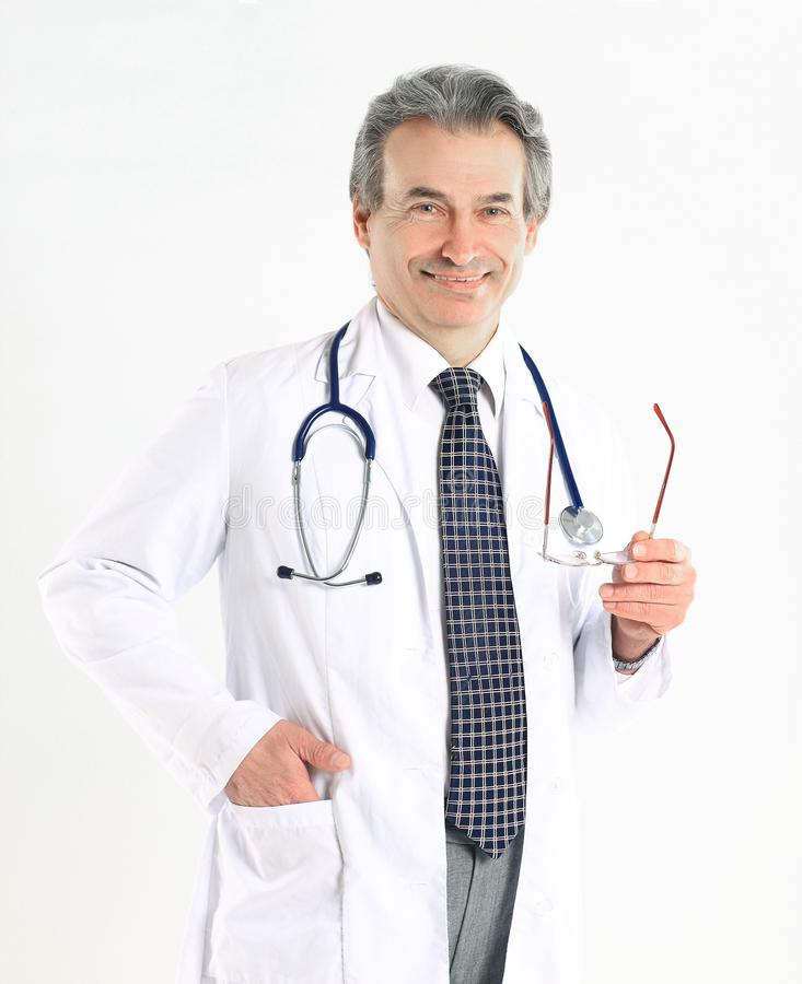 Portret dojrza?y lekarz medycyny z bia?ym stetoskopem na odosobnionym tle i ?akietem obrazy royalty free