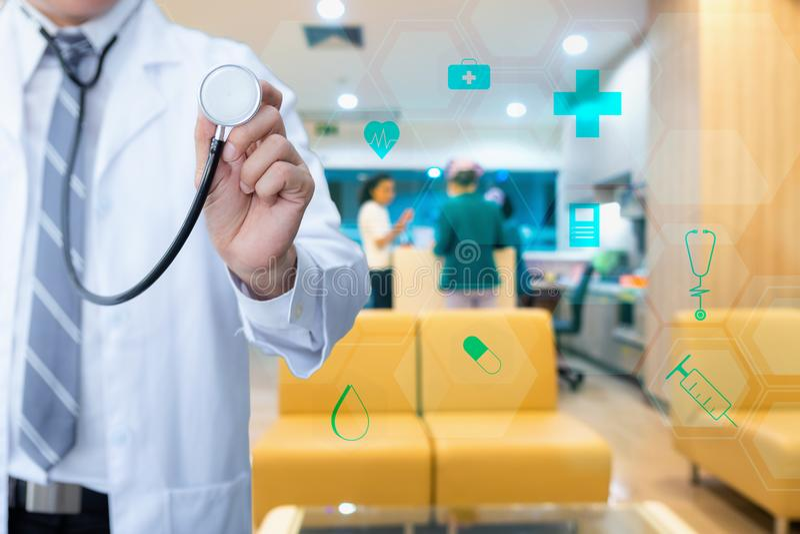 Portret doktorski mienie stetoskop dla fizycznego egzaminu, obrazy royalty free