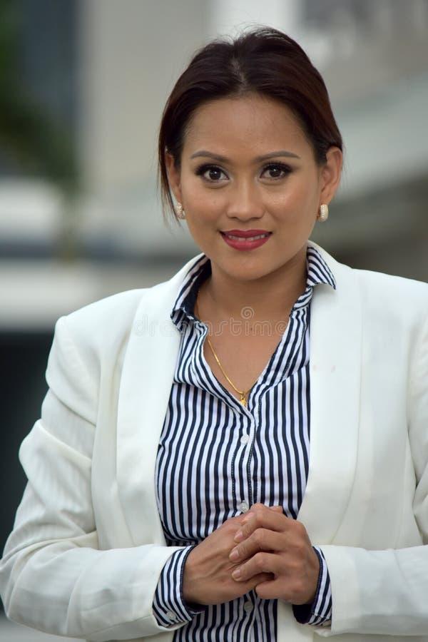Portret Dorosła Mniejszościowa Biznesowa kobieta Jest ubranym kostium fotografia stock