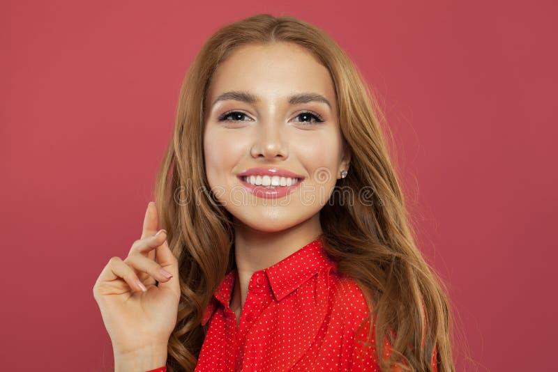 Portret doskonalić młoda kobieta na koral menchii tle Piękna ładna dziewczyna uśmiecha się zabawę i ma Pozytywne emocje, fotografia royalty free