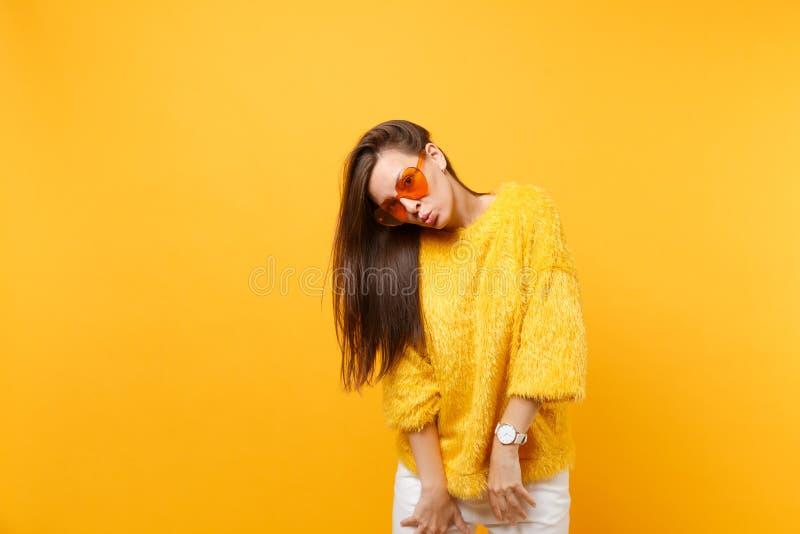 Portret dosyć śmieszna młoda kobieta dmucha wargi odizolowywać na jaskrawym w futerkowym puloweru bielu dyszy kierowych pomarańcz fotografia royalty free