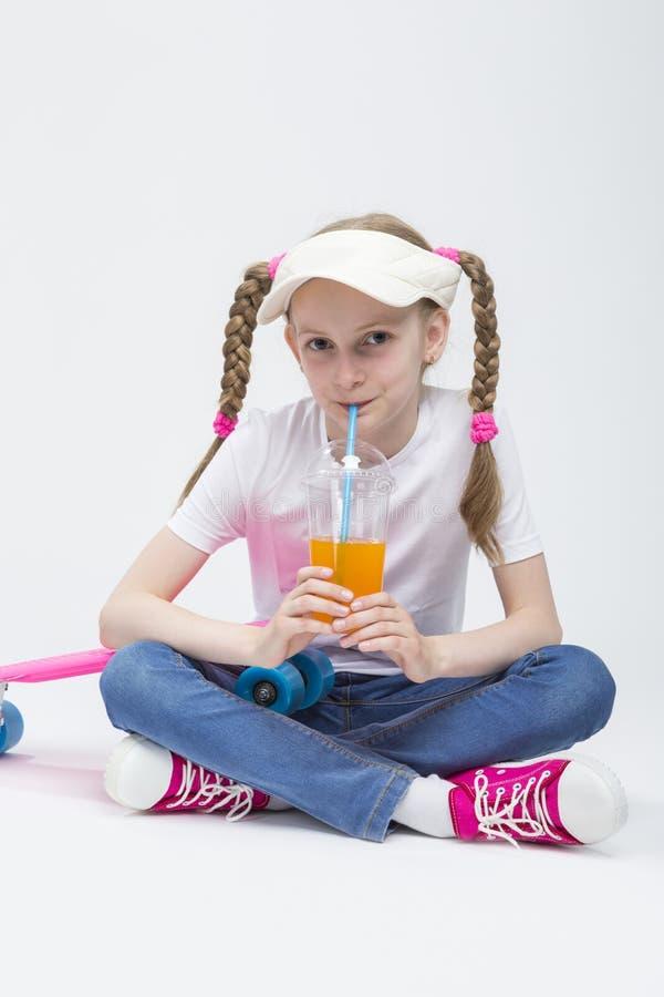 Portret Dosyć Kaukaska Blond dziewczyna z sokiem zdjęcia stock