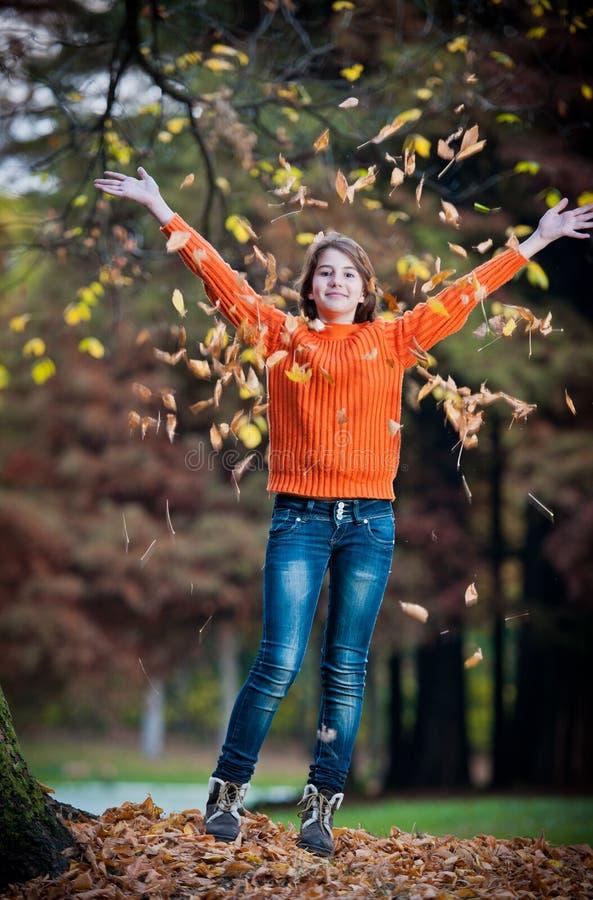 Portret dosyć nastoletnia dziewczyna w jesień parku fotografia stock